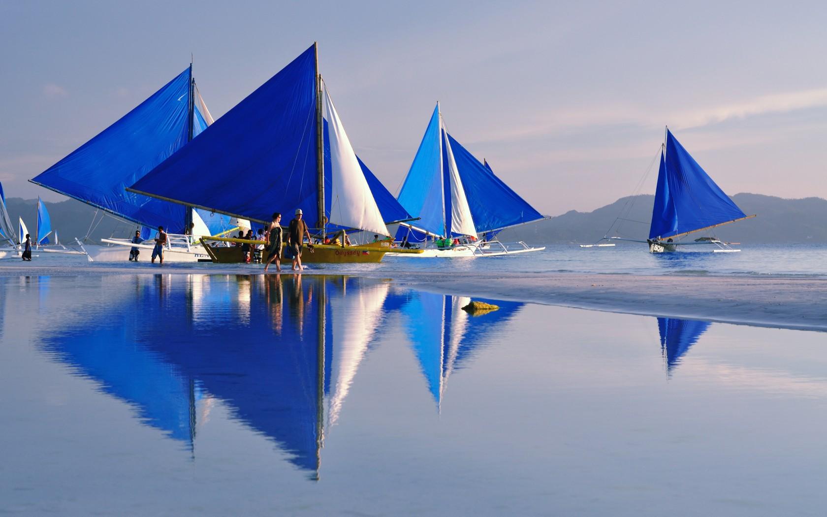 قایقرانی در سواحل بوراکای فیلیپین