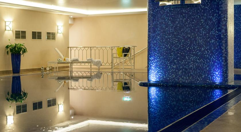 استخر هتل رنسانس مونارخ