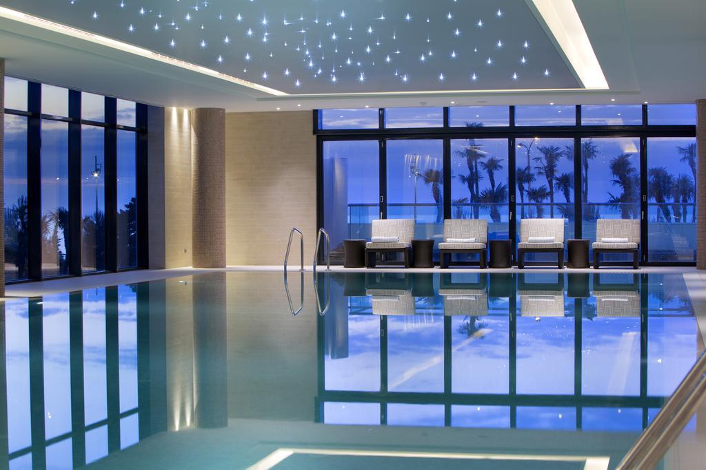 نمای داخلی استخر هتل هیلتون