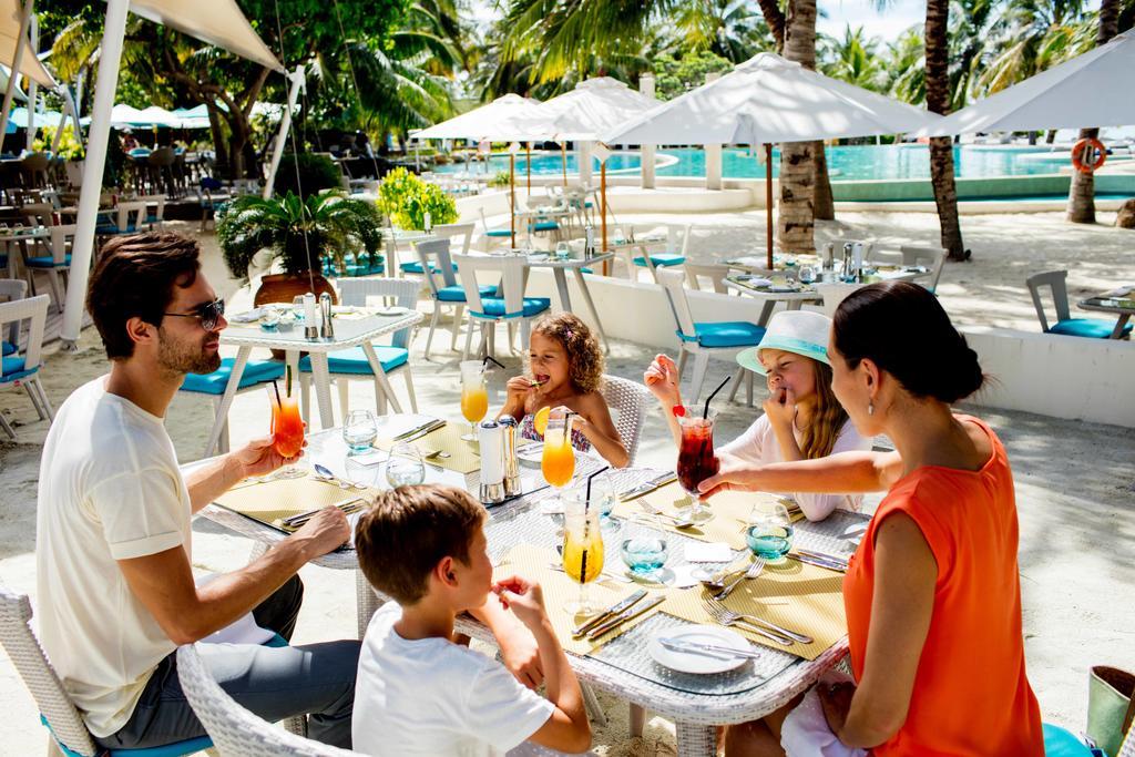 فضای بیرونی رستوران و کافه هتل هالیدی این کاندوما مالدیو
