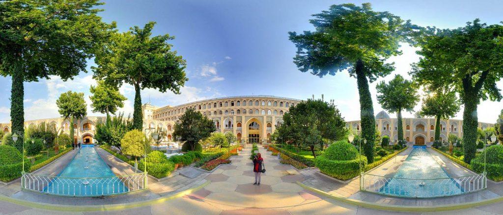 فضای بیرونی و حیاط هتل عباسی