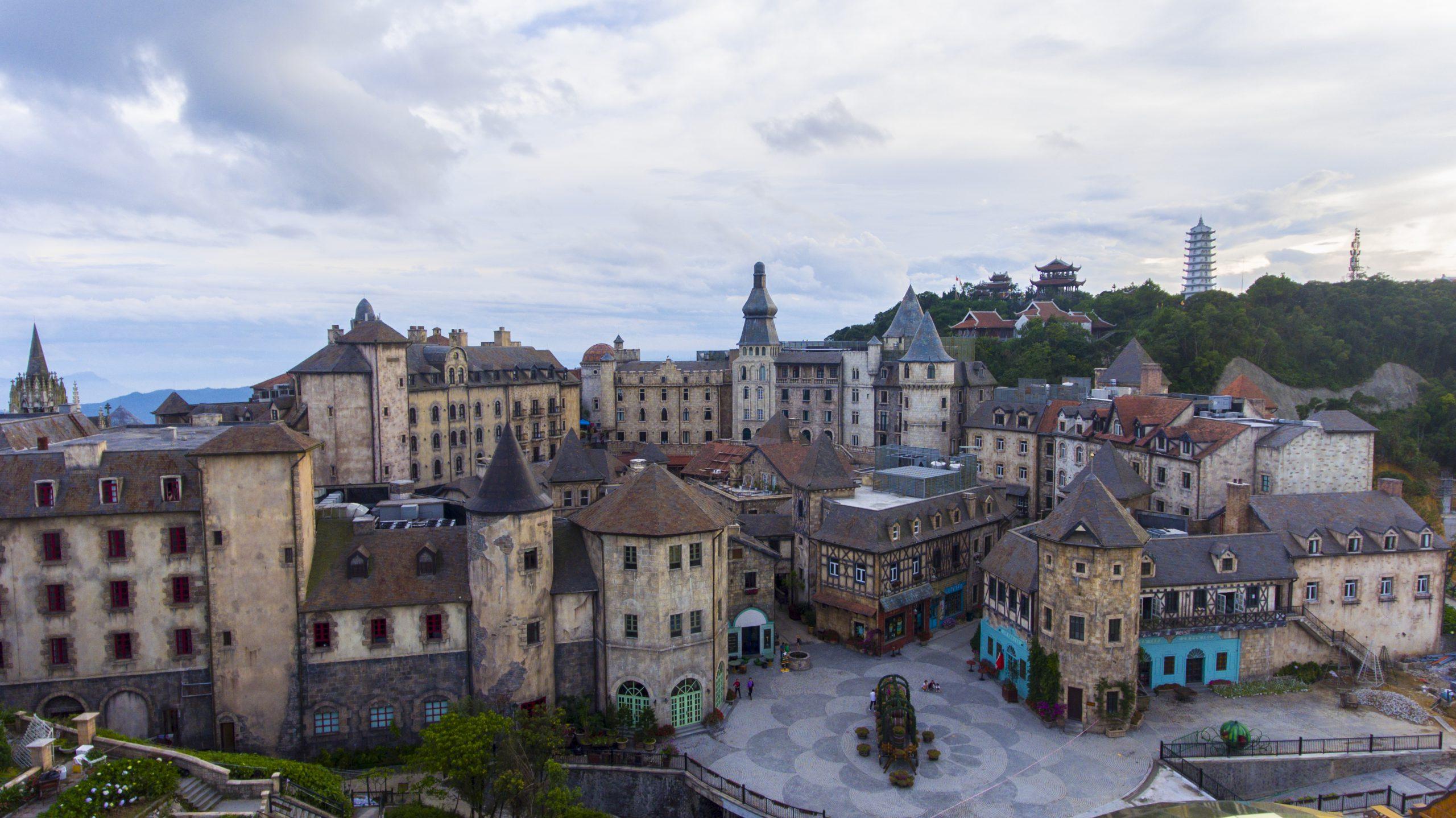 دهکده فرانسوی سان ورلد با نا هیلز